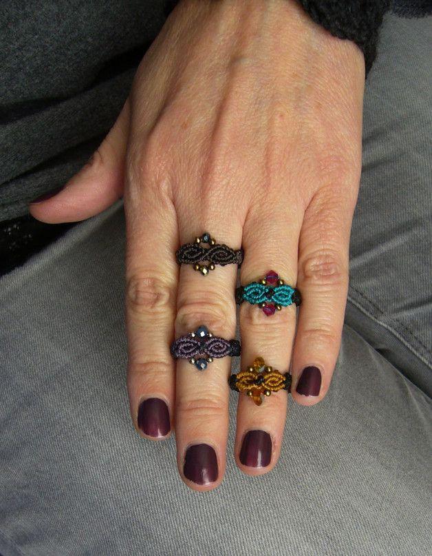**Zierlicher Makramée-Ring ** mit eingearbeiteten Glasperlen. ** Ringgröße: 56 Innendurchmesser: 18 mm Geknüpft mit S-Lon Bead Cord und gewachstem Polyestergarn