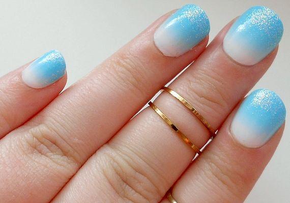 A kék és a fehér jeges egységét a csillámok teszik tökéletessé. Ha kíváncsi vagy, hogyan készül a színátmenetes köröm, kattints ide!