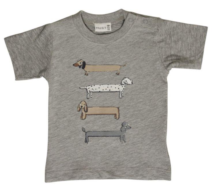 Grijze jongens tshirt with dogs van het kinderkleding merk Hust & Claire  Dit is een licht grijze jongens tshirt voorzien van een korte mouw. De shirt heeft een print van lange hondjes in verschillende kleuren.