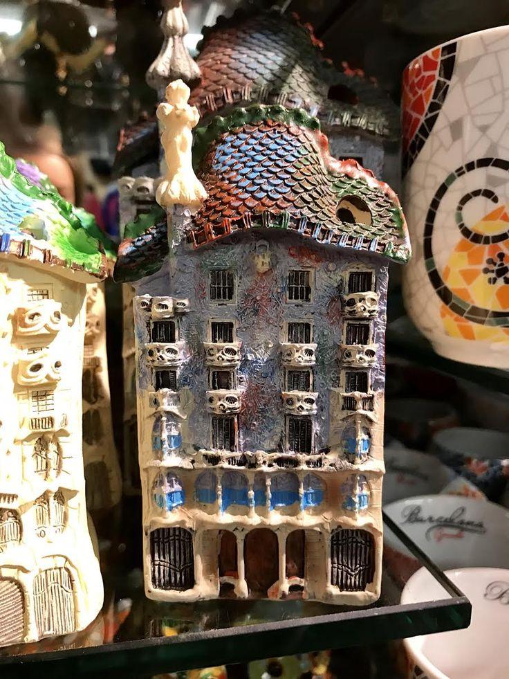 Este recuerdo es más o menos una copia de la Casa Batlló. Se puede ver la espada en el tejado, las flores, y los huesos y escamas del dragón.