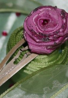 O clama de prins parul deosebit de eleganta, confectionata manual dintr-o pasiune deosebita pentru frumos.