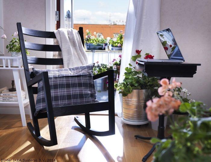 Un balansoar comod … și poți visa la vacanță direct din sufragerie.