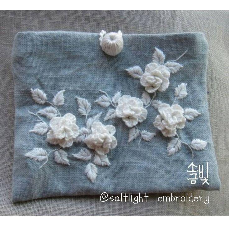 "246 Likes, 5 Comments - 소금빛 자수 saltlight embroidery (@saltlight_) on Instagram: ""연하늘빛 리넨에 흰 리넨실로 꽃 몇 송이 수놓아 자수파우치 만들었어요. #소금빛자수 #리넨자수실 #자수재료  #입체자수꽃나무열매 에 #자수기법 있어요. #입체자수 #자수레슨…"""