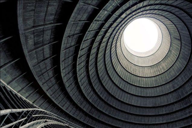 torre de enfriamiento de una central eléctrica abandonada