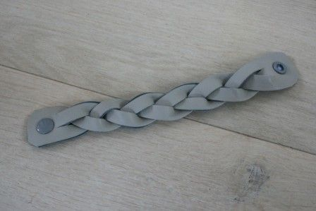 Bracelet tressé en cuir (tuto : http://blog.betzwhite.com/2014/01/braided-felt-cuff-tutorial.html#.UzNDoah5OSo)