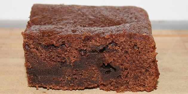 Utrolig svampet chokoladekage med en creme, der bages med og gør kagen ekstra dejlig. Kan nydes for sig selv eller med en skøn glasur på toppen.