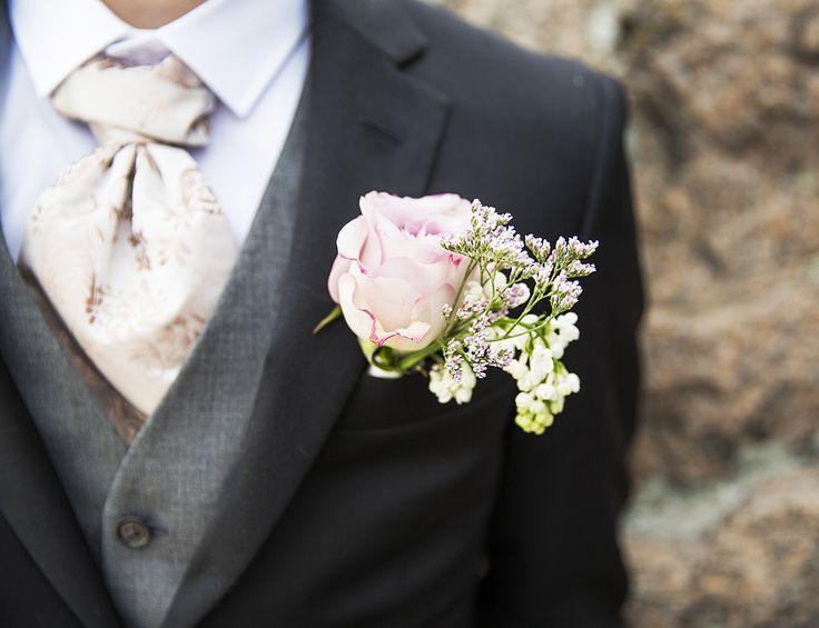 April knappehullsblomst med Memory Lane rose, syrin og lemonium // April buttonhole flower with Memory Lane rose and Lemonium