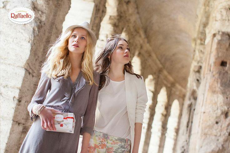 Ja, gdybym miała okazję spędzić weekend w Rzymie ze swoją przyjaciółką to byłaby to moja Mama. Z pewnością razem świetnie byśmy się tam bawiły, chętnie zwiedzały wszystkie zabytki, atrakcje warte zobaczenia robiąc sobie przy tym pamiątkowe zdjęcia. Ach! aż się rozmarzyłam, pięknie by było i cudnie! a potem byłoby co wspominać w domku swoim, na werandzie albo przy kominku przy gorącej herbacie oglądając te zdjęcia z pobytu w Rzymie, zajadając przy tym Rafaello!