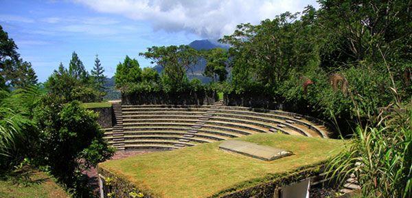 Pemandangan amfiteater di Bukit Doa Kelong yang spektakuler ini membuatnya sering dijadikan sebagai lokasi pengambilan foto.