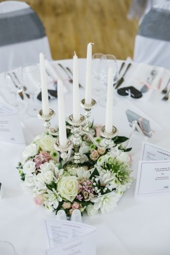 Wedding centerpiece floral wreath in white and blush, photo by Jana Richter Germany