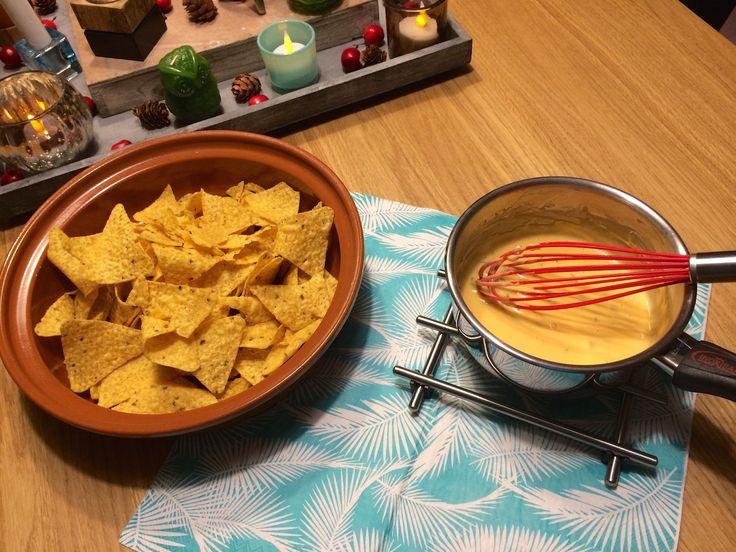 De lekkerste kaassaus voor bij de chips! Deze scoort altijd op een leuk feestje, bij een voetbal wedstrijd of gewoon lekker op de bank bij een avondje film. De nacho-saus wordt gemaakt van de kaas 'cheddar'. Dit is een gele tot oranje-gele, wat pittig smakende harde kaas die oorspronkelijk