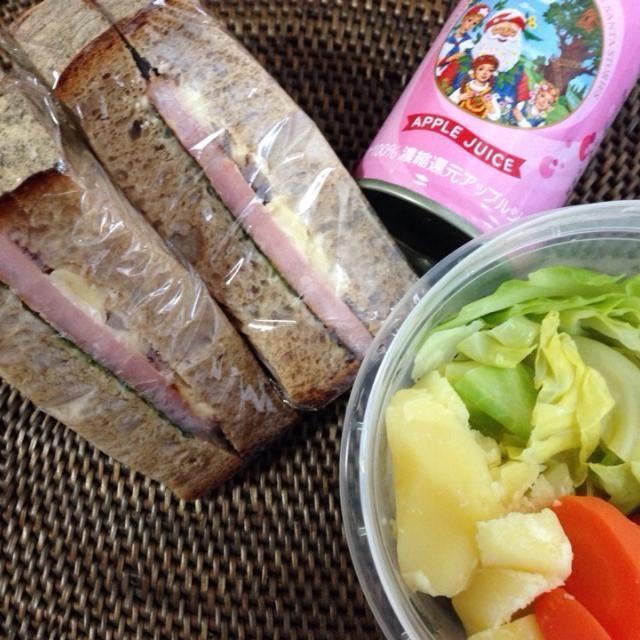 *ハムしそチーズサンドイッチ *温野菜サラダ *りんごジュース - 10件のもぐもぐ - ハムしそチーズチーズサンドイッチ弁当 by *なおみん*