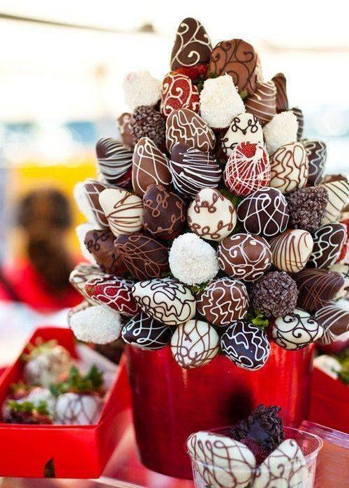 Bekijk hier de lekkerste aardbeien-gedoopt-in-chocolade boeketten! (Valentijn aanrader)