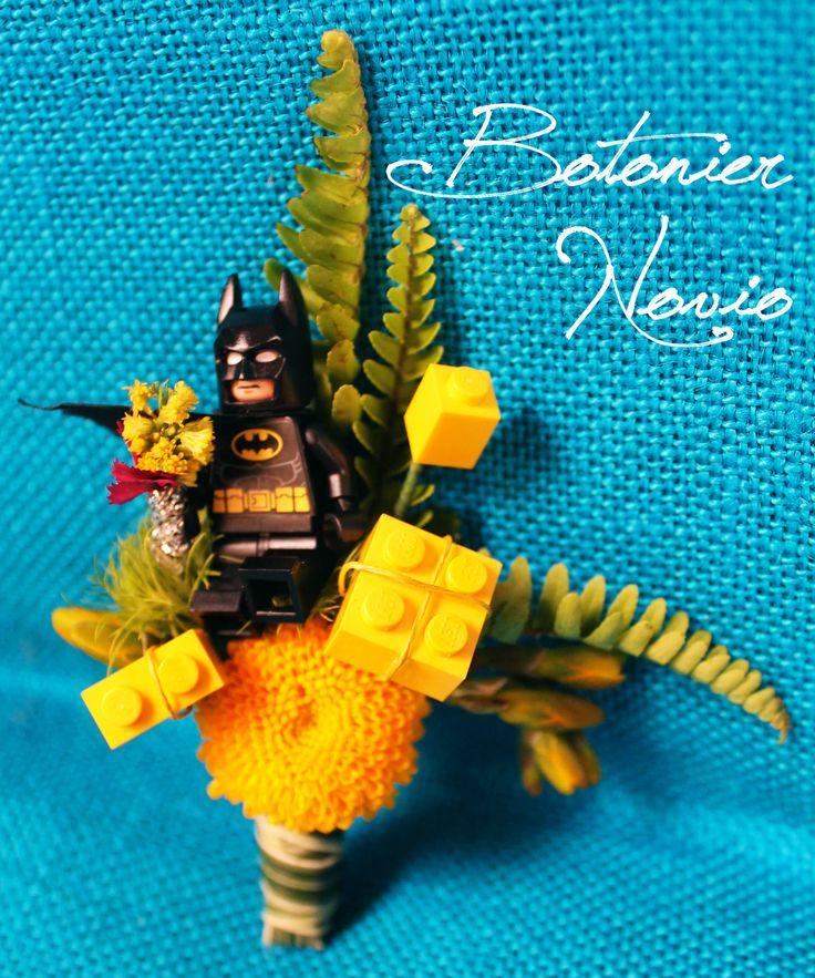 Botonier de Batman con piezas de logo y pinoquio amarillo. Kharisma floral