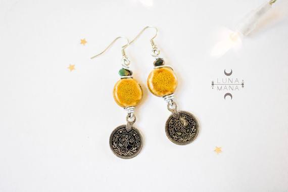 Boucles d'oreilles tribales ethniques jaune (perle céramique, fil métal enroulé, breloque recyclée, unique fait main), idée cadeau femme