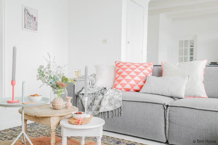 Binti Home Blog: Stylingtip : Een sfeervolle zithoek in de woonkamer door de toevoeging van kleur  Mooi hoor! Die lichtgrijze kleuren met dat feloranje!