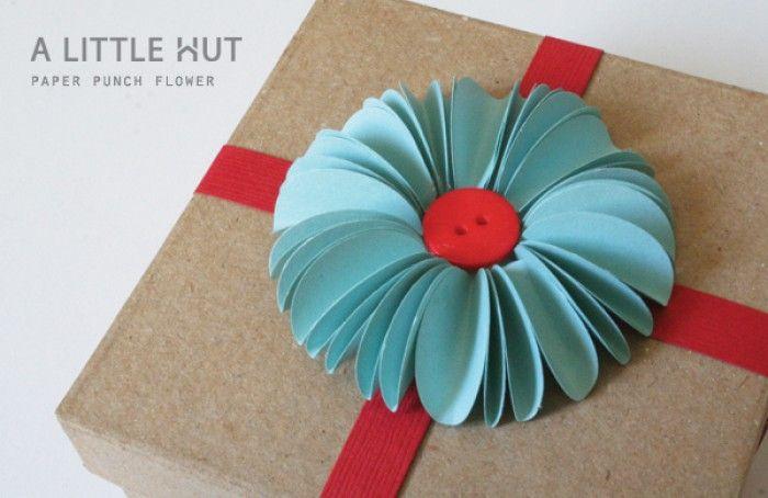 Leuk om een cadeautje in te pakken! Heel simpel: cirkels dubbel vouwen, naast elkaar plakken, knoop in 't midden en klaar is je cadeautje!