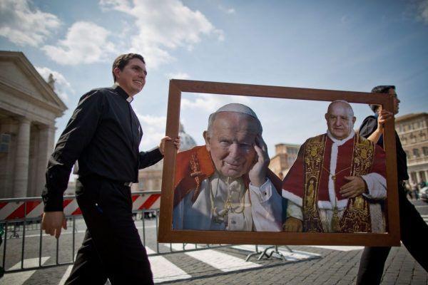 20 Minuten - Das Jahr 2014 in Bildern - News  Heiligsprechung von Papst Johannes Paul II..: Papst Franziskus spricht am 27. April die früheren Kirchenoberhäupter Johannes XXIII. und Johannes Paul II. heilig. Johannes Paul II. sorgte während seiner Zeit als Papst (1978 bis 2005) für eine konservative Umsetzung und Interpretation des Konzils.