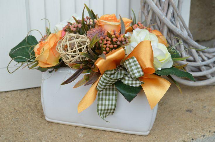 Country+orange+Dekorace+vytvořená+z+umělých+květin+s+oranžovým+nádechem,+šířka:+27+x+17+cm,+výška+:+17+cm.