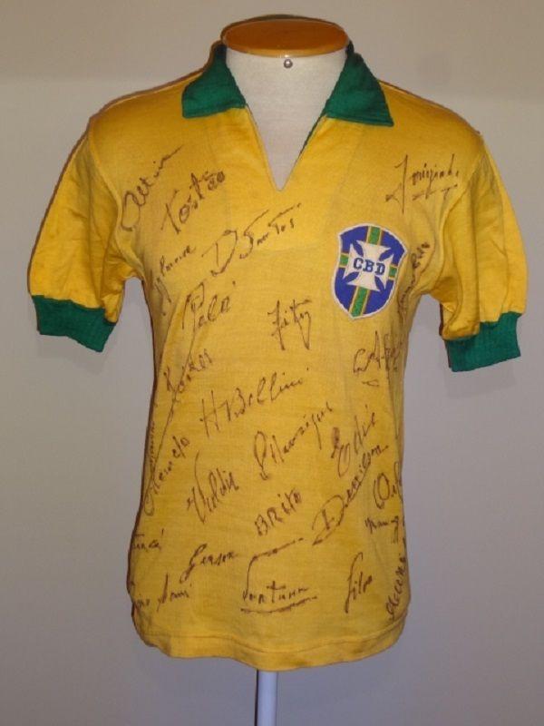 """Está em exibição no Shopping RioMar, a mostra """"Brasil - um país, um mundo"""", com a exibição de camisas que estiveram presentes em momentos marcantes do futebol brasileiro."""