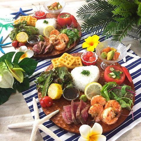 . ハワイアンプレート . ガーリックシュリンプのいい匂いで お腹ぐーぐー 鳴りながらのレッスンでした . . . ☆ガーリックシュリンプ ☆赤身肉のステーキ 焼き野菜添え ☆トマトの器で夏野菜のゼリー寄せ ☆やみつきフライドポテト ☆アボカドとサーモンのポキ ☆ライス ☆さくらんぼ . . . 最近、息子がさくらんぼブーム . テーブルに置いてたら 勝手に取って、ヘタは取るけど種はゴクリ。 . . 案の定、下から出てくるパタンが 数日続いてます . 種の取り方教えたら何回か ペッ して 次のさくらんぼはまたゴクリ。 . . 特訓が必要だね . . . . . #ハワイアン #ステーキ #ガーリックシュリンプ #ハワイアンプレート #おうちごはん #花のある幸せごはん #クッキングラム #デリスタグラマー #おうちカフェ #料理 #手料理 #料理教室 #北九州料理教室 #テーブルコーディネート #delicious #instafood #yummy #kitakyushu #fukuoka #cookingram #cooking #...