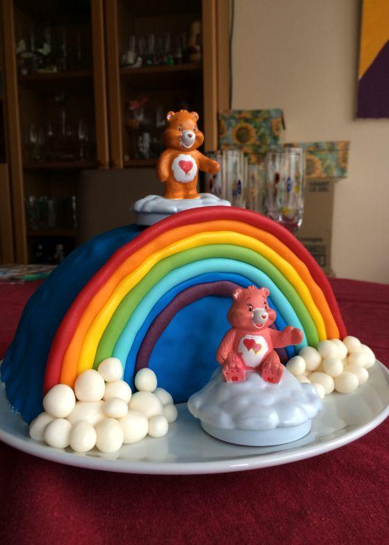 Il y a quelque temps déjà je vous avais proposé un rainbow cake dont les couches superposées formaient un arc en ciel. Aujourd'hui, je vous invite à découvrirun nouveau tutoriel de gâteau un…
