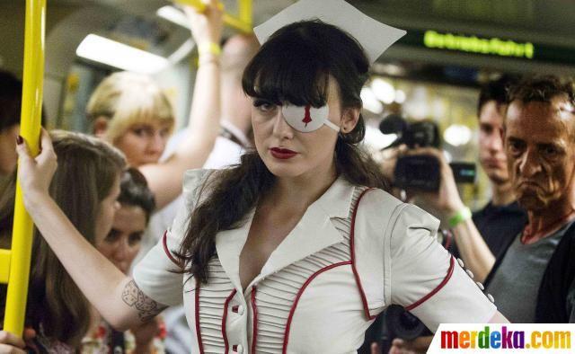 Seorang model bergaya saat menghadirkan peragaan busana yang digelar di gerbong kereta.