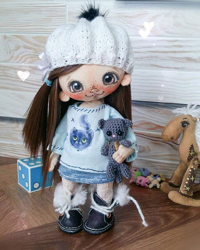 Мамочка,я собрала игрушки!Мама,я оделась!Мам,а давай котика Маркуса возьмем?Мам,а жилетку одевать?!Мамааа!!Мааам!А куда пойдем?Мам,а ты оделась?Мам,а на улице листики да?Мамочка,а ты мне шоколадку купишь?!Мам!...Маааам!! #Сладулькиотириски #handmade_nation #хочу_в_ленту_yh #ярмаркамастеров #handmadedoll #handmade #mysolutionforlive #present #подарок #настраницу_magikstore #мастеркрафт #кукларучнойработы #коллекционнаякукла #единственныйэкземпляр #текстильнаякукла #ручнаяработа #doll…
