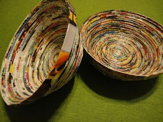recycled magazine bowls. well i know i have enough magazines lying around...