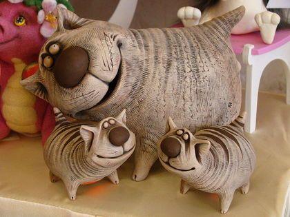 Веселые коты. Самый большой кот - копилка (1700р)  Кот средний (с рыбкой) - 1000р  Коты маленькие - 700р    Коты слеплены вручную из глины. Замечательный подарок себе любимым и друзьям.