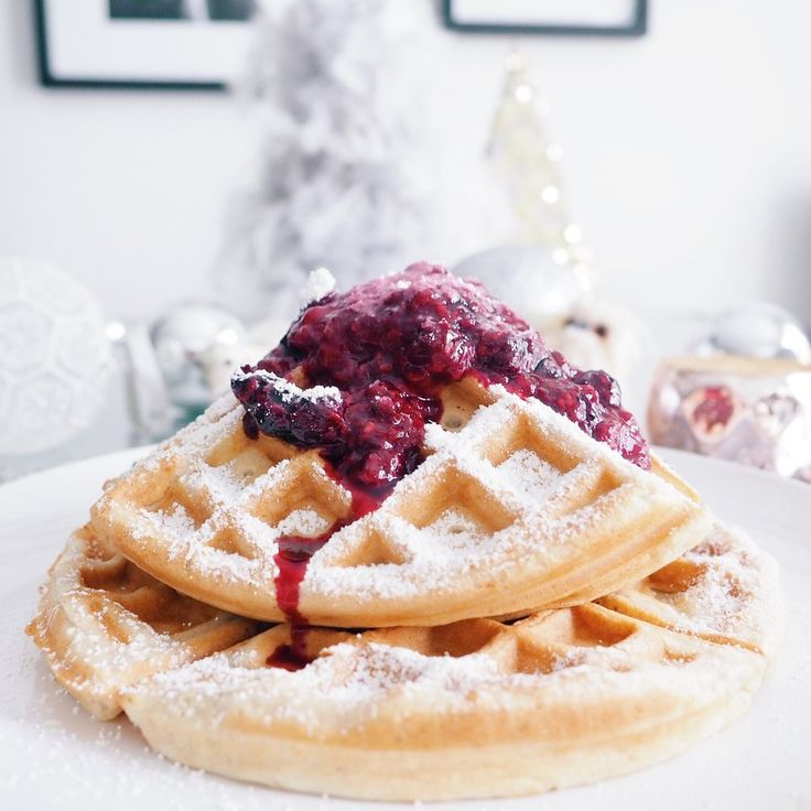 RECIPE | CINNAMON WAFFLES WITH BERRY COMPOTE (VEGAN)