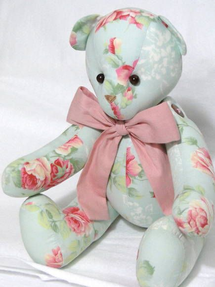 Urso Peti petá Floral confeccionado em tecido de tricoline com membros articulados, tamanho P com 22 cm sentado = 70,00 Estampa de laço a escolher. R$ 70,00
