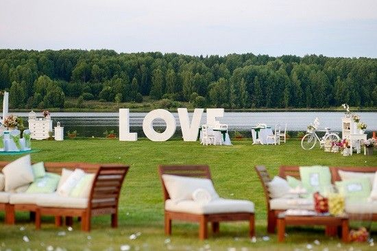How to make your summer wedding stand out: comfy lounge seating at the reception