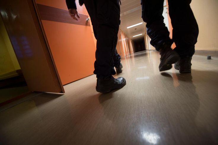 Polis åtalad för misshandel i arrest.