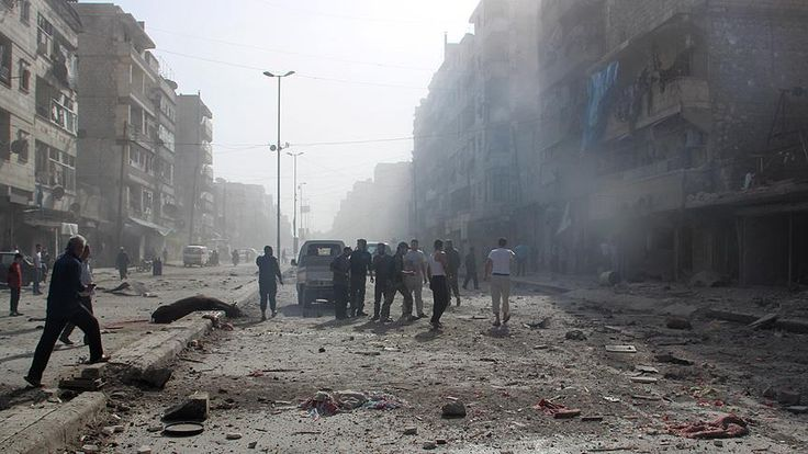 """Rus jetleri Halep'te hastane ve ilaç fabrikasına saldırdı Rus jetleri Suriye'nin Halep şehrinde bir hastaneye """"fosfor"""", bir ilaç fabrikasına da """"vakum"""" bombasıyla saldırdı."""