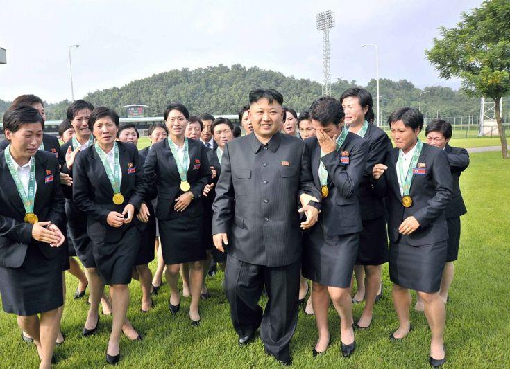 Kim Jong-un camina con las integrantes del equipo femenino de fútbol nacional, que ganó el campeonato de la Federación de Fútbol de Asia del Este en Seúl (Corea del Sur). Fotografía sin fecha publicada por la Agencia Central Coreana de Noticias de Corea del Norte (KCNA) el 1 de agosto de 2013.