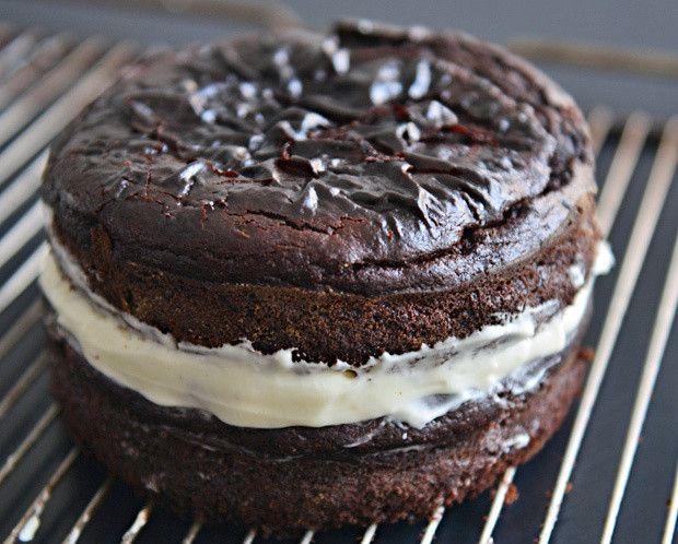 Μπύρα Guinness. Λένε ότι ή θα την αγαπήσεις ή θα τη μισήσεις. Όμως υπάρχει και ένας τρόπος να τη λατρέψεις για πάντα, τοποθετώντας την απλά σε ένα κέικ μαζί με κακάο και τυρί Philadelphia.