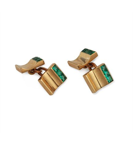 A pair of Retro gold and calibre emerald cufflinks, in 14 k. Trabert & Hoeffer, Mauboussin. Circa: 1940