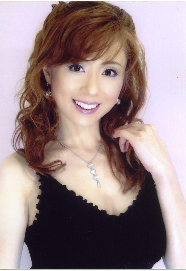 ゲスト◇相原愛(Ai Aihara)3歳よりバレエ・ピアノ・タップダンスを始め13歳でスカウトされミュージカル劇団サムシングで13年間ヒロインを務める。同時期にNHKTV「おーい!はに丸」のヒロインに抜擢(DVD化された)「ダンシングゼネレーション」でレコードデビュー、全国ツアーを果たす。アメリカ留学中全米人気番組「スターサーチ」世界大会で上位3名に選ばれ、その後マイケルジャクソンダンサーズとコンサート。4thCDリリース。97年メキシコ移住100周年コンサート出演。タンゴ界のジ女王、前田はるみ氏に師事。