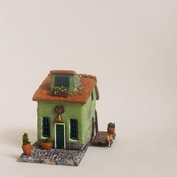 Кукольные дома могут быть разные и в разном масштабе. Многие из вас знакомы с кукольной миниатюрой не понаслышке. Но я вам хочу показать не традиционные привычные кукольные дома в масштабах, а разнообразные, чуть-чуть сказочные, чуть-чуть фантазийные нано-домики (так я их называю), сделанные в разных техниках. Это и лепка, и макет, и вязание, и текстильные домики, бумажные, из металла, стекла, пряничные и, даже, украшения с домиками...