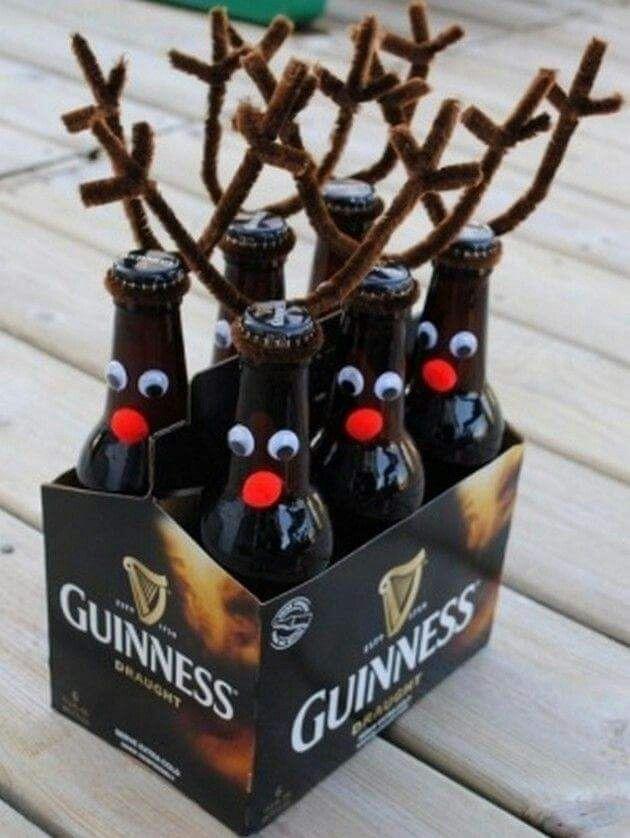 Botella decorada: Las astas de los renos coloca limpiapipas color café, ojos plásticos y pompones rojos