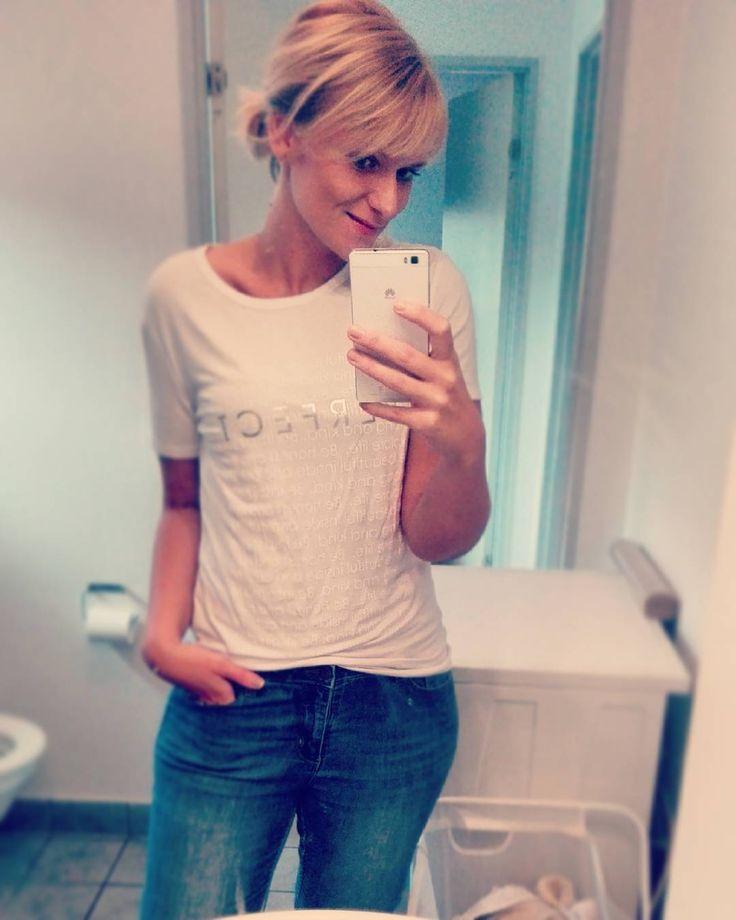 Jeg tager også indimellem billeder med tøj på   Sådan helt lowkey hverdags Rikke - med Mor som primære titel.. I dag kommer min mutti og hjælper med nogle småting jeg ikke selv kan endnu - men inden da skal der ryddes op på pigernes værelse og bages grovboller til de kommer hjem - det er vist varm kakao og bolle ()vejr i dag   #selfie #mor #mortilto #hverdag #blonde #jeans #tshirt #simple #dressdown #justme #baremig #fitfam #fitfamdk #vægttab #weightloss #minus60kg by pjerrot88