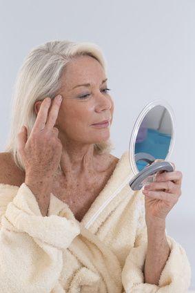 5 Anzeichen, dass Sie zu schnell altern.....Irgendwann findet man sich mit den ersten grauen Haaren und Falten ab. Aber schwierig wird es, wenn sich Anzeichen des Alterns früher bemerkbar machen, als sie eigentlich sollten. Hier sind fünf Anzeichen, dass Sie zu schnell altern – und was die Gründe dafür sein könnten. ....http://der-seniorenblog.de/senioren-news-2senioren-nachrichten/.....Bildquelle: Fotolia-#83114518