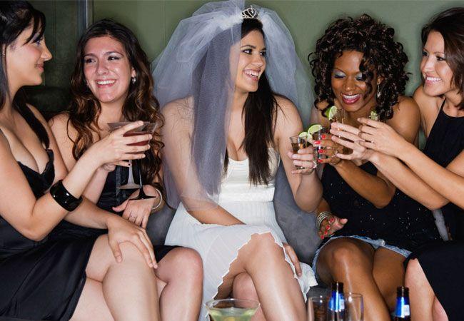 Si eres la dama de honor, mejor amiga o hermana de la novia, lo más seguro es que uno de tus deberes sea organizar su despedida de soltera. Si nunca has organizado una o no estás segura por dónde empe