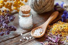 Homeopathie en Fytotherapie. Homeopathie is een natuurlijke geneeswijze   De grondlegger ervan is Samuel Hahnemann. Hij was arts en scheikundige. In de tweede helft van de achttiende eeuw ontdekte hij een belangrijk natuurverschiijnsel: een stof die bepaalde verschijnselen kan opwekken, is ook in staat diezelfde verschijnselen te genezen. Dit is het basisprincipe van de homeopathie geworden.