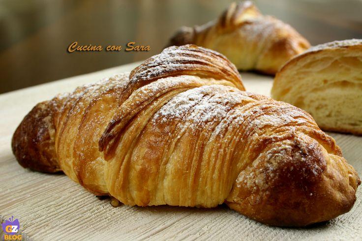 Ricetta croissant sfogliati, buoni come quelli del bar. Ricetta con lievito di birra. Tutorial fotografico da consultare per realizzarli.