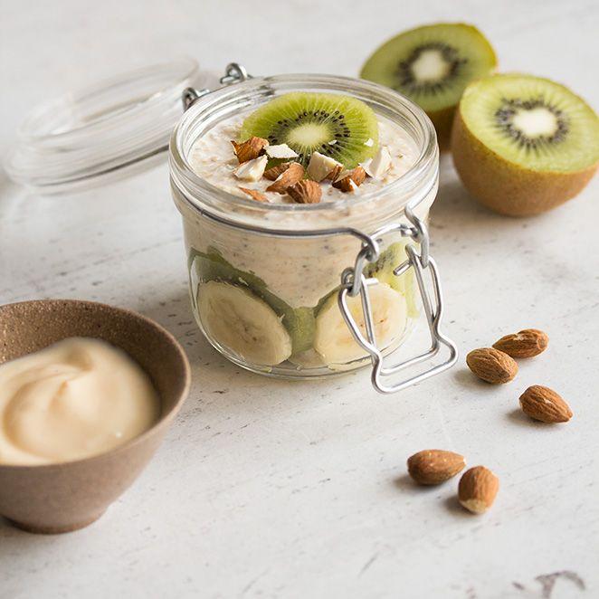 Haferflocken + Obst + Nüsse = die perfekte Mischung für einen energiegeladenen Start in den Tag.