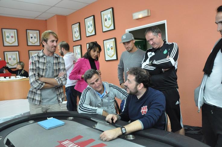 L'entraîneur de l'#ASSE Christophe Galtier observe de près le jeu de Nicolas Levi - #poker #Winamax
