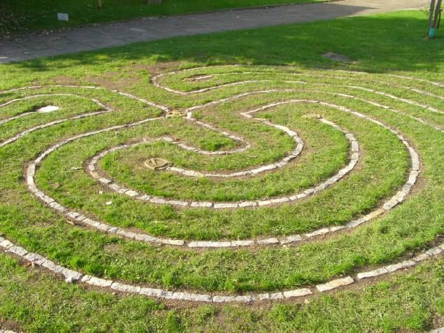 Build a backyard labyrinth cottage pinterest for Jardin 5 thoiry