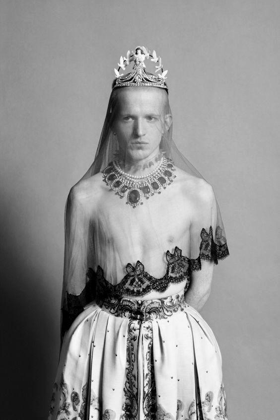 Man with a crown -  Homme avec une couronne
